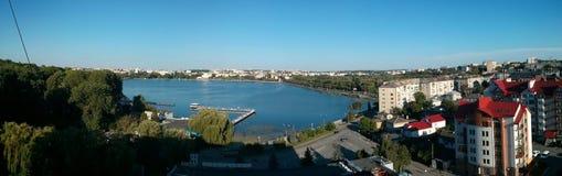 Großes See und Stadt panarama Stockfotos
