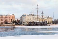 Großes Segelschiff am Hafen im Winter, stpetersburg stockbild