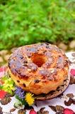 Großes selbst gemachtes süßes Ostern-Brot Stockfoto