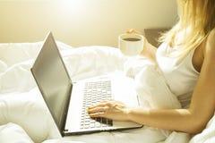 Großes spacey Hotelzimmer voll von Sonnenlicht- und Sonnenstrahlen Optimistischer Tagesbeginn Gemütliche Haupt-Kleidung der blond Stockfotos