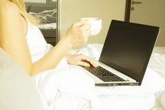Großes spacey Hotelzimmer voll von Sonnenlicht- und Sonnenstrahlen Optimistischer Tagesbeginn Gemütliche Haupt-Kleidung der blond Stockbild
