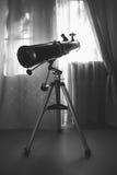 Großes Spiegelteleskop auf einem Stativ im Raum Stockbild
