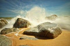 Großes Spritzen Strand am Bari-Kecil Stockbilder