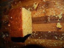 großes Stück des frischen Kuchens des Getreidemehls Lizenzfreies Stockbild