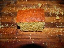 großes Stück des frischen Kuchens des Getreidemehls Stockbild