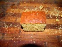 großes Stück des frischen Kuchens des Getreidemehls Lizenzfreie Stockfotografie
