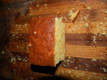 großes Stück des frischen Kuchens des Getreidemehls Stockfotos