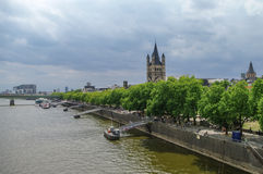 Großes St. Martin Church und Fluss-Rhein-Damm, Köln, Deutschland Stockbild