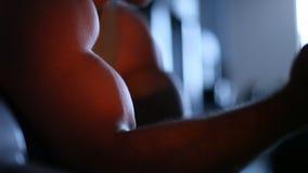 Großes starkes starkes Bizeps des Bodybuilders ?bung f?r Bizeps Nahaufnahme stock footage
