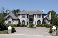 Großes Steinhaus mit Pfosten Lizenzfreie Stockfotos