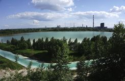 Großes Sumpfschmutzwasser vom Fabrikabfall Stockbilder