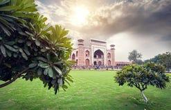 Großes Tor von Taj Mahal am schönen Himmel in Indien stockfotografie