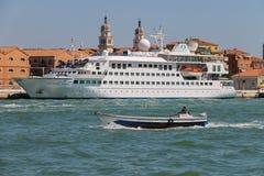 Großes touristisches Schiff und kleines Boot im adriatischen Meer nahe Venedig, Stockfotos