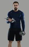 Großes Training Porträt des muskulösen Berufsbodybuilders und Stockbilder
