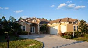 Großes tropisches Haus in Florida Stockbild