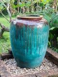 Großes Wasserglas im Garten Stockfoto