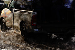 Großes Wasserspritzen mit Auto auf überschwemmter Straße nach Regen Stockfotografie