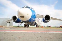 Großes weiß-blaues Passagierpassagierflugzeug am Flughafen Lizenzfreie Stockfotos