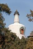 Großes weißes buddhistisches dagoba im britischen Beihai Park. lizenzfreies stockbild