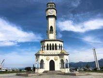 Großes weißes klassisches Leuchtturmhoch im Hafen gegen den blauen Himmel stockfoto