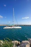 Großes, weißes Luxuxkatamaran, das Puerto Banus Hafen verlässt Stockfotografie