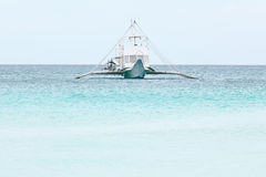 Großes weißes Motorboot auf blauem tropischem Meer, Philippinen Boracay I Lizenzfreies Stockbild