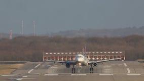 Großes weißes Passagierflugzeug landet und entfernt die Landebahn am Flughafen stock footage
