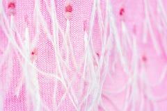 Großes Weiche der Nahaufnahme strickte den rosa Kaschmirschal, der mit Pailletten und Straußfedern verziert wurde Stilvolles empf lizenzfreies stockfoto