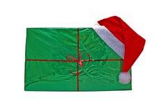 Großes Weihnachtsgrüngeschenk mit einer Schutzkappe von Weihnachtsmann Stockfoto