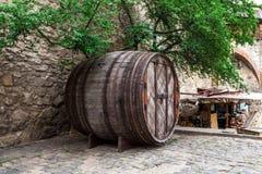 Großes Weinfaß auf der Straße Lizenzfreies Stockfoto