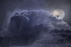 Großes Wellenspritzen in einer Vollmondnacht lizenzfreie stockbilder