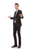 Großes Willkommen von einem jungen Geschäftsmann Lizenzfreie Stockbilder