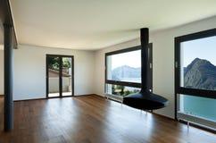 Großes Wohnzimmer mit panoramischer Ansicht Stockfotos