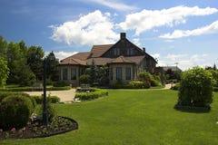 Großes Yard mit Villa Stockfoto
