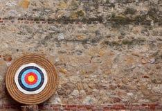 Großes Ziel während des Bogenschießenwettbewerbs und der alten Wand stockfotos