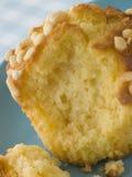 Großes Zitrone-Meringe-Muffin auf einer Platte stockfoto