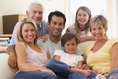 Großfamilie beim Wohnzimmerlächeln Stockfotos