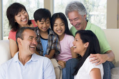 Großfamilie beim Wohnzimmerlächeln stockbild
