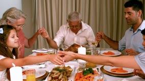 Großfamilie, die Anmut vor Abendessen sagt stock video