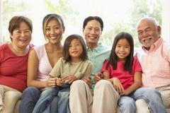 Großfamilie, die sich zu Hause auf Sofa zusammen entspannt lizenzfreies stockbild