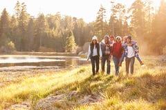 Großfamilie-Gruppe, die durch See geht Lizenzfreies Stockbild