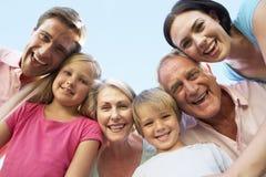 Großfamilie-Gruppe, die unten Kamera untersucht stockfotografie