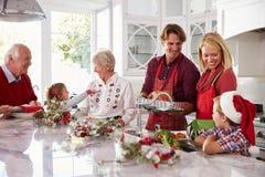 Großfamilie-Gruppe, die Weihnachtsmahlzeit in der Küche vorbereitet Stockbild