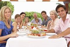 Großfamilie-Gruppe, die zusammen Mahlzeit im Freien genießt stockfotos