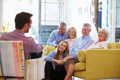 Großfamilie-Gruppe zu Hause, die im Aufenthaltsraum sich entspannt lizenzfreies stockbild