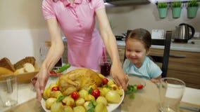 Großfamilie sitzen und genießen Abendessen stock video