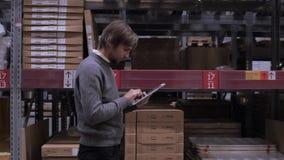 Großhandels-, logistisches, Geschäfts-, Export- und Leutekonzept - glücklicher Mann oder Manager mit Tabletten-PC-Computer am Lag stock video footage