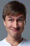 Großkopfkerl macht verrückte Gesichtsgefühle Lizenzfreies Stockbild