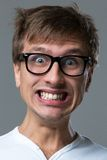 Großkopfkerl macht verrückte Gesichtsgefühle Lizenzfreie Stockfotografie