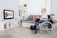 Großmutter-aufpassender Film im Fernsehen lizenzfreies stockbild